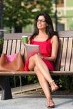 Mujer con la tableta y el café Foto de archivo