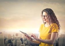 Mujer con la tablilla Foto de archivo libre de regalías