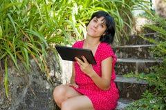 Mujer con la tablilla Imagenes de archivo