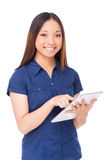 Mujer con la tablilla digital Imagen de archivo