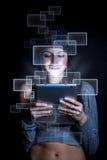 Mujer con la tablilla digital Foto de archivo libre de regalías