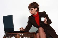 Mujer con la tapa y el coffe del regazo Foto de archivo libre de regalías