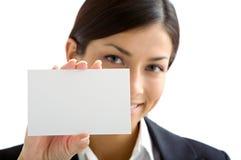 Mujer con la tarjeta blanca fotografía de archivo