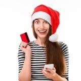 Mujer con la tarjeta de crédito en la Navidad Fotos de archivo libres de regalías