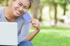 Mujer con la tarjeta de crédito y el pago fácil de la nueva forma de vida del ordenador portátil imágenes de archivo libres de regalías