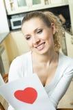 Mujer con la tarjeta de la tarjeta del día de San Valentín Imagen de archivo libre de regalías