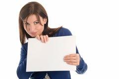 Mujer con la tarjeta de nota en blanco imagenes de archivo