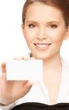 Mujer con la tarjeta de visita Fotos de archivo libres de regalías