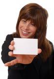 Mujer con la tarjeta de visita en blanco, espacio para el texto Imágenes de archivo libres de regalías