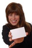 Mujer con la tarjeta de visita en blanco, espacio para el texto Imagen de archivo