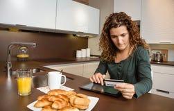 Mujer con la tarjeta electrónica de la tableta y de crédito Fotografía de archivo libre de regalías