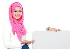 Mujer con la tarjeta en blanco Imagenes de archivo