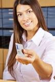 Mujer con la tarjeta inteligente en la recepción Imagen de archivo libre de regalías