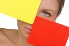 Mujer con la tarjeta roja y amarilla del fútbol Fotos de archivo