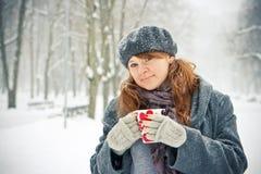 Mujer con la taza al aire libre Foto de archivo libre de regalías