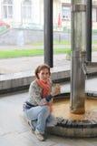 Mujer con la taza de agua mineral Fotos de archivo libres de regalías