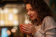 Mujer con la taza de café Fotografía de archivo libre de regalías