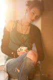 Mujer con la taza de café caliente sobre ventana del sol Imagenes de archivo