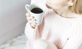 Mujer con la taza de café en manos Foto de archivo libre de regalías