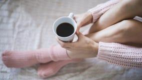 Mujer con la taza de café en manos Foto de archivo