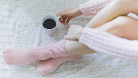 Mujer con la taza de café en manos Imagen de archivo