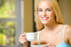Mujer con la taza de café o de té Foto de archivo libre de regalías