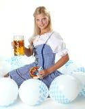 Mujer con la taza de cerveza Fotografía de archivo libre de regalías