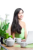 Mujer con la taza de Coffe Fotografía de archivo libre de regalías