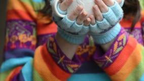 Mujer con la taza de té almacen de metraje de vídeo