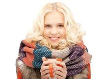 Mujer con la taza roja Fotografía de archivo libre de regalías