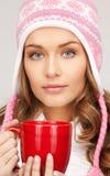 Mujer con la taza roja Foto de archivo libre de regalías
