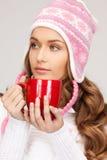 Mujer con la taza roja Foto de archivo