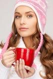 Mujer con la taza roja Fotos de archivo libres de regalías