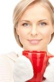 Mujer con la taza roja Fotografía de archivo
