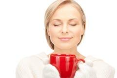 Mujer con la taza roja Imágenes de archivo libres de regalías