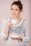 Mujer con la taza y el platillo Fotos de archivo libres de regalías