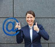 Mujer con la tenencia del símbolo del correo electrónico Fotos de archivo libres de regalías
