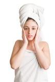 Mujer con la toalla alrededor de su cabeza Fotografía de archivo