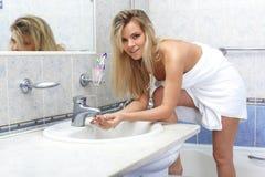 Mujer con la toalla en cuarto de baño Imagen de archivo libre de regalías