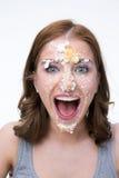 Mujer con la torta en su cara Fotografía de archivo libre de regalías