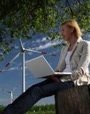Mujer con la turbina de viento y la computadora portátil Imagenes de archivo