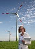 Mujer con la turbina de viento y la computadora portátil Fotografía de archivo libre de regalías