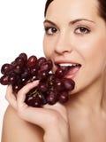 Mujer con la uva foto de archivo