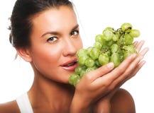 Mujer con la uva verde fotos de archivo