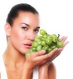 Mujer con la uva verde foto de archivo libre de regalías