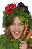 Mujer con la zanahoria, el rábano y verdes Imágenes de archivo libres de regalías
