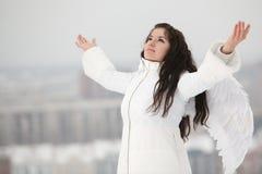 Mujer con las alas del ángel que miran para arriba Imagen de archivo libre de regalías