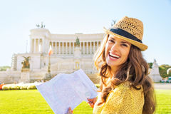 Mujer con las atracciones de examen del mapa en Roma fotografía de archivo