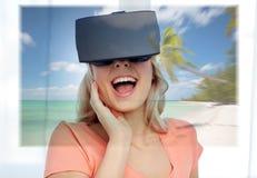 Mujer con las auriculares de la realidad virtual sobre la playa Foto de archivo libre de regalías