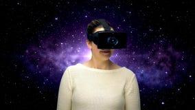 Mujer con las auriculares y la codificación del vr sobre espacio almacen de metraje de vídeo